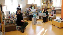 Die Mitarbeiterinnen der Neustadt-Bibliothek mit Maker-Boxen und Tiptoi-Spielen