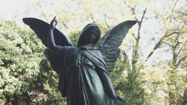 Ein Engel wacht über dem Friedhof.