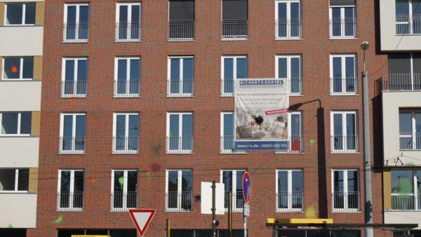 Bunt gesprenkelter Neubau am Bischofsplatz