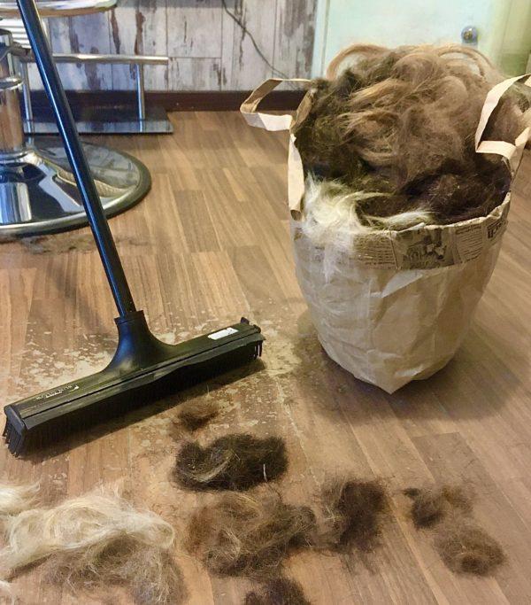 Die Haar-Reste werden gesammelt und recycelt.