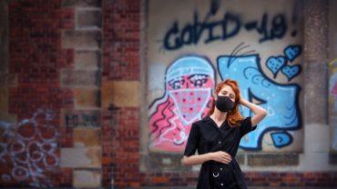 Für das Titelbild posiert Schauspielerin Luise Aschenbrenner mit Maske im Industriegelände. Foto: Amac Garbe