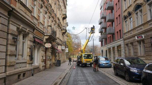 Die Alaunstraße bekommt ihre erste Lichterkette.