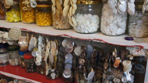 """Appetitlich wie im Bonbon-Laden sind im Atelier """"Das zweite Leben der Dinge"""" die Regale gefüllt. Foto: Philine"""