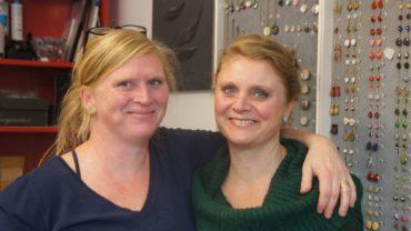 Die Schwestern Anja Jurkenas und Nadia Zobel schenken den Dingen ein zweites Leben. Foto: Philine