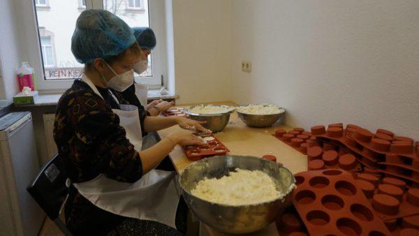 Heute erfüllt Zitronengras-Duft die Küche. Die gesamte Produktion wird in Handarbeit erledigt.