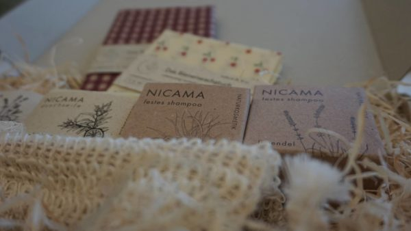 Die plastikfreien Produkte aus dem Online-Shop werden in nachhaltiger Verpackung mit Holzwolle und Kartons aus Graspapier geliefert.