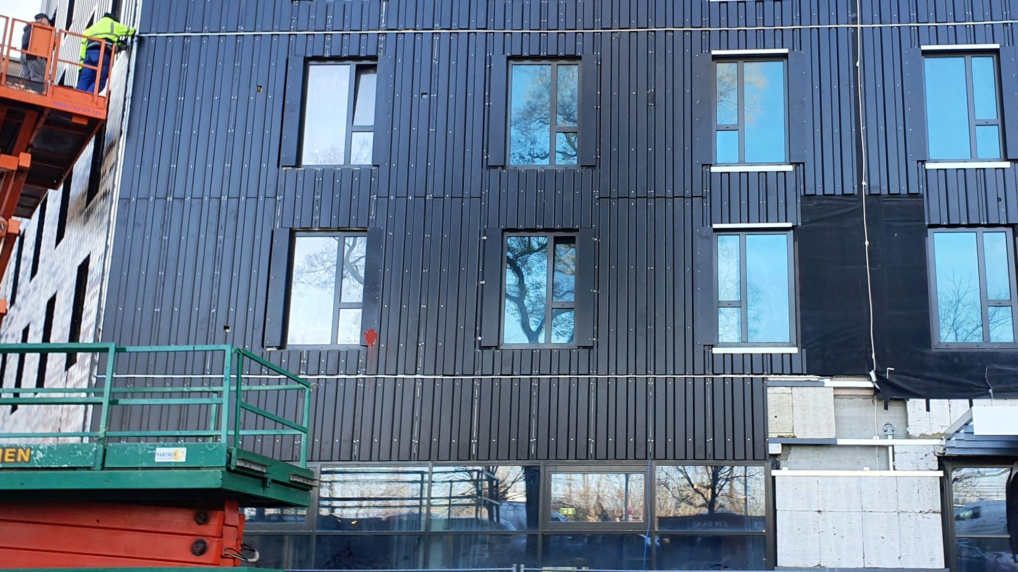 An dieser Stelle wird die Fassade noch fertig verkleidet.