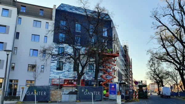 Das Eckhaus an der Stetzscher Straße, Friedrich-Wolf-Straße ist noch nicht fertig. Zur Baustellenabsicherung steht eine mobile Kameraüberwachungseinheit auf dem Gelände.