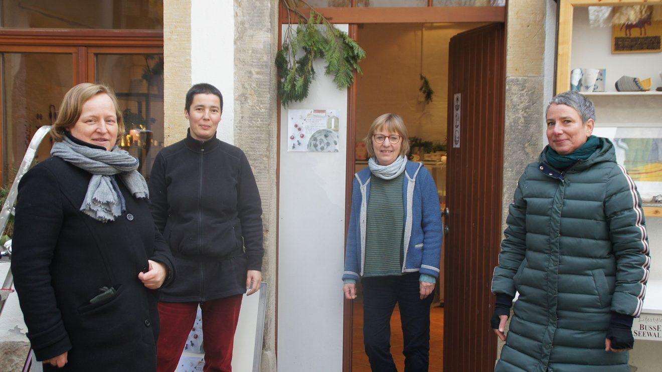 Dorit Schubert, Susanne Petzold, Ulrike Rüttinger und Saskia Bach vor dem Adventsladen in der UR Galerie. Foto: Philine