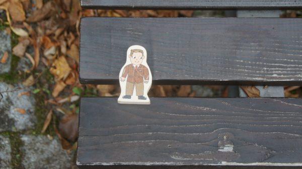 Ein Mann auf einer Bank an der Löbauer Straße. Foto: Philine