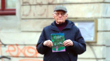 Joachim Schuster mit seinem neuen Buch vorm Stadtteilhaus.