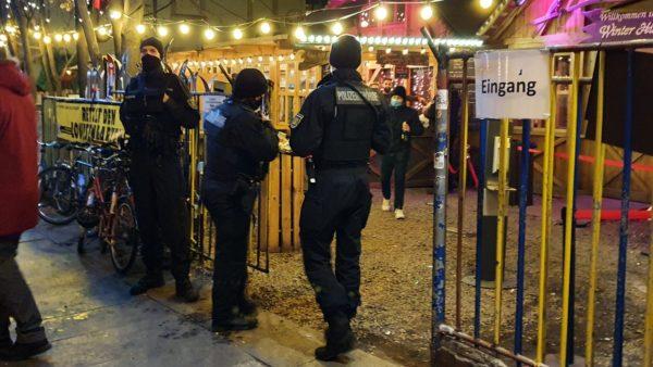 Polizeibehörde kontrolliert Glühweinabgabe