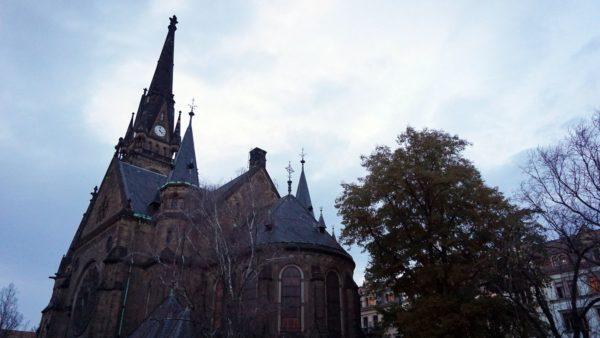 Die Kirche dominiert den Platz - Foto: Jonas Breitner