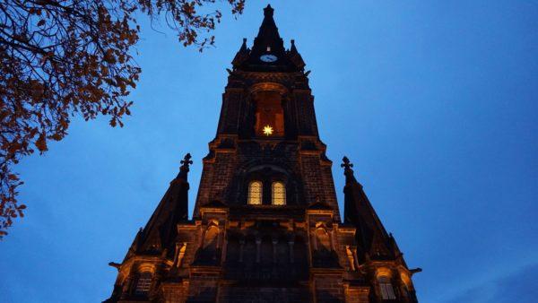 Am Abend strahlt sie wohlige Wärme aus, die Martin-Luther-Kirche - Foto: Jonas Breitner