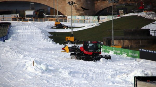 Seit Mittwochabend werden 4.500 Kubikmeter Schnee am Elbufer breit gefahren.