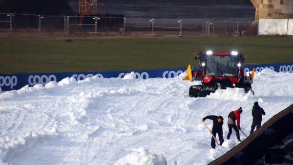 Mit Pistenbullis und Schaufeln wird der Schnee zur Skipiste