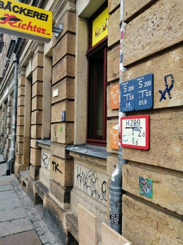 Die Fliese befindet sich an einer Bäckereifiliale auf der Alaunstraße