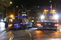 Mit einem Abschleppwagen wurde der PKW schließlich geborgen. Foto: Roland Halkasch