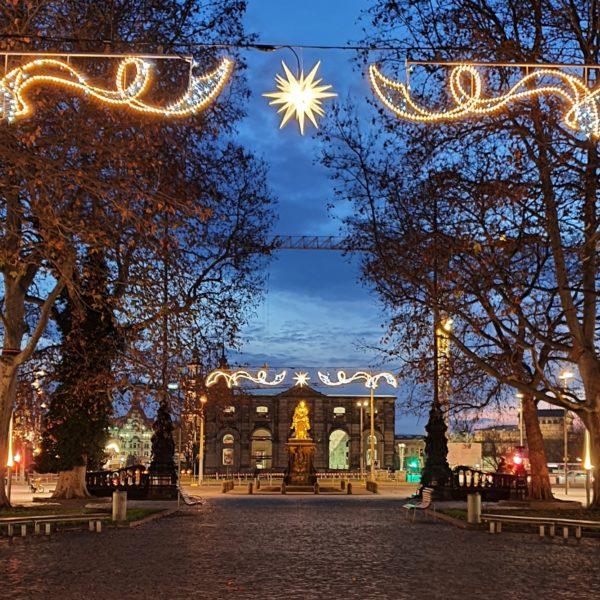Beleuchtete Hauptstraße ohne Augustusmarkt