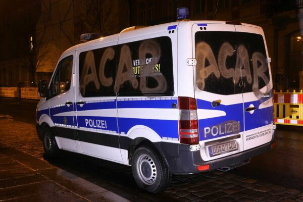 Beschmiertes Polizeifahrzeug - Foto: Tino Plunert