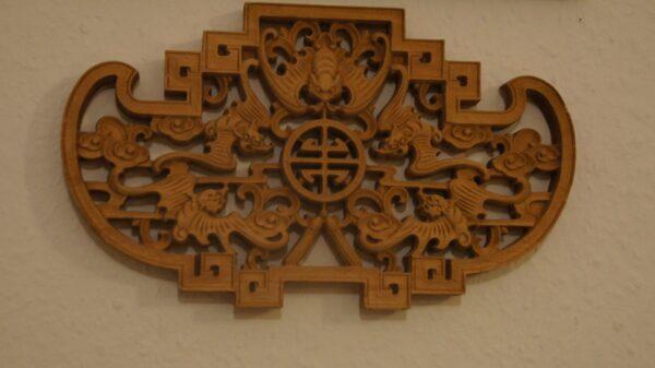 Die Fledermaus in diesem Wappen steht für Glück. Foto: Philine