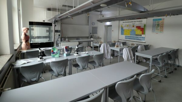 Chemische Experimente finden aktuell nur online statt.