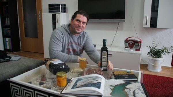 Theo mit einer Auswahl seiner Produkte. Foto: Philine