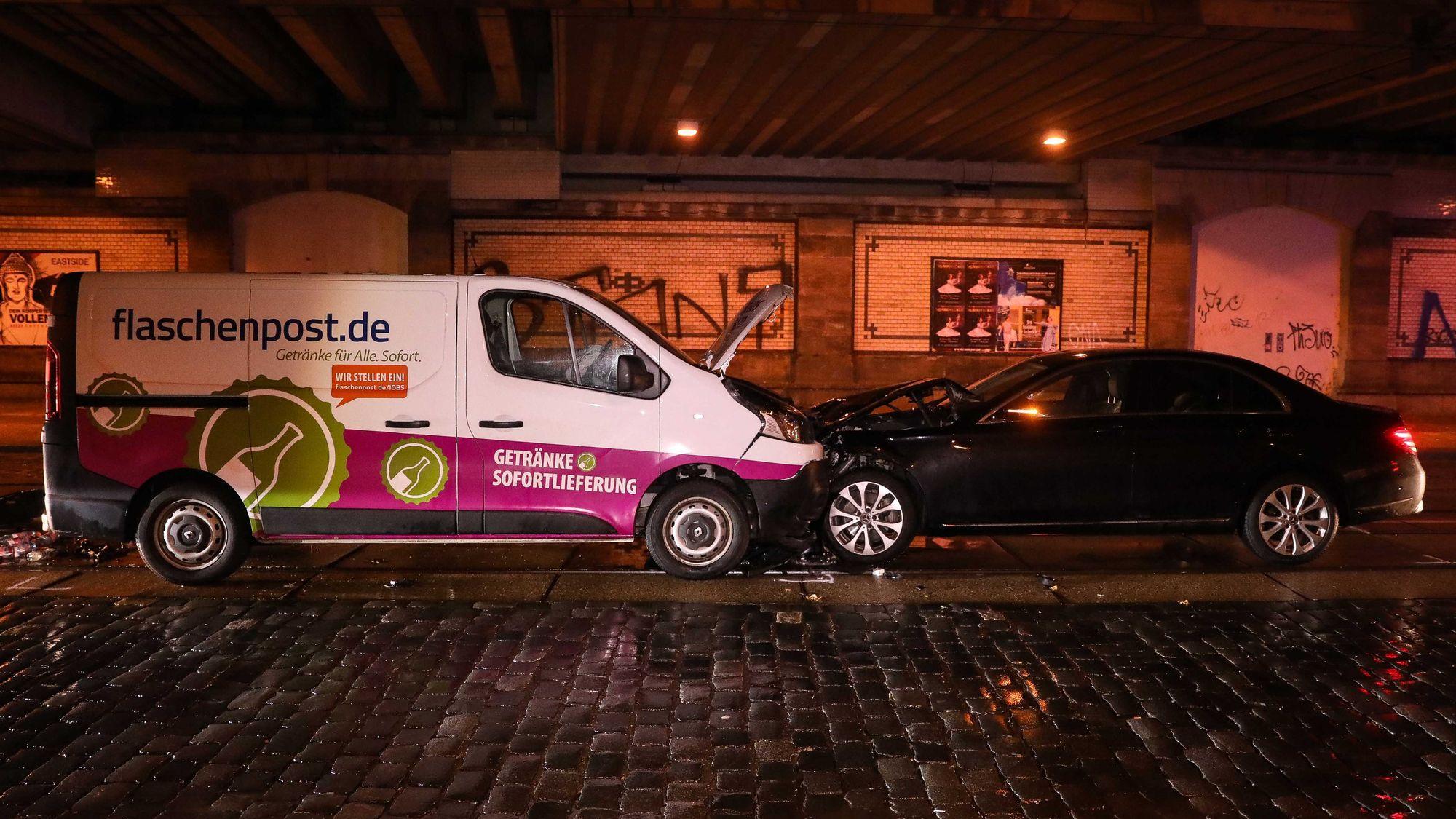 Zusammenstoß unter der Eisenbahnbrücke ... Foto: Tino Plunert