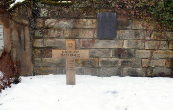 Symbolisches Grab des Widerstandskämpfers Hans Oster auf dem Nordfriedhof. Foto: Philine
