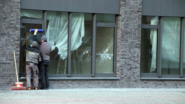 Am Morgen sicherten Arbeiter die zerstörten Scheiben.