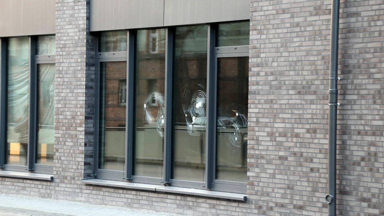 Mehr als 20 Fensterscheiben wurden zerstört.