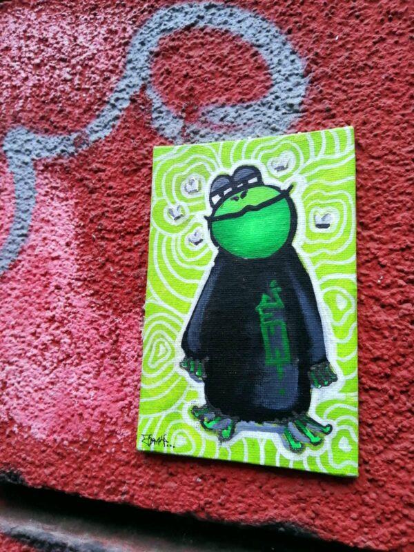 Mister Mini-Hippo mit schelmischem Grinsen.