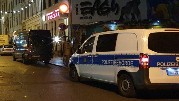 Polizeibehörde im Einsatz zur Kontrolle der Corona-Schutzverordnung