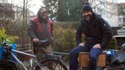 """Rex und Lars mit Rex' """"Schneckenhaus"""". Foto: Philine"""