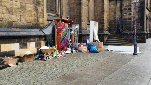 An manchen Tagen ähnelte der Platz an der Kirche einer Müllablagestelle.
