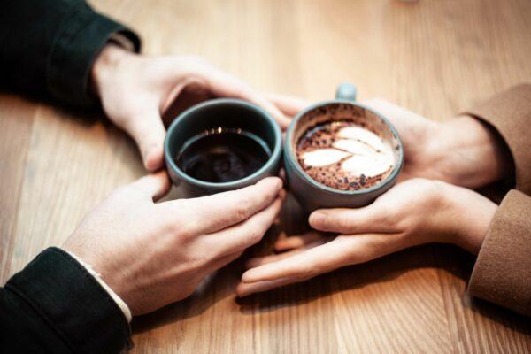 Zu zweit Kaffee trinken.