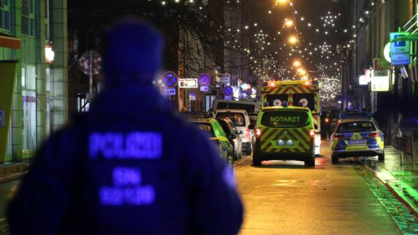 Die Polizei hatte den Bereich um den Supermarkt abgesperrt. Foto: Roland Halkasch