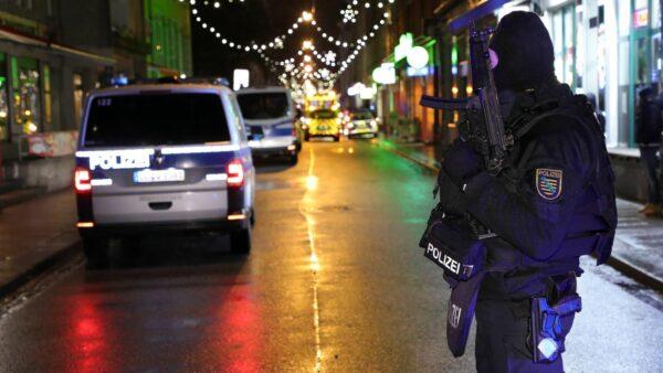 Aufgrund der unklaren Situation sicherten schwerbewaffnete Einsatzkräfte die Alaunstraße ab.