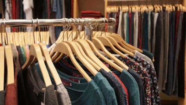 Die Kollektion aus fair produzierter Kleidung ist sorgfältig zusammengestellt.