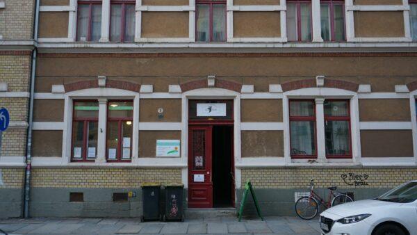 Die rote Tür zum Laden in der Schönbrunnstraße - Foto: Jonas Breitner