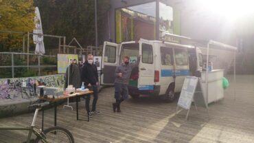 Jeden Montag um13 Uhr steht der SozialBus vor der Scheune bereit. Foto: Treberhilfe e.V.