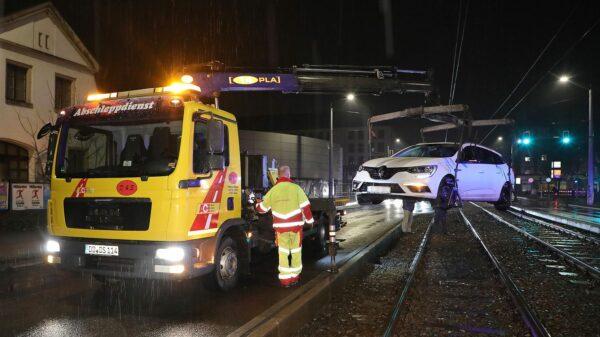 Der Wagen musste abgeschleppt werden. Foto: Roland Halkasch