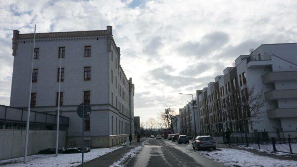 Die klaren Linien der Architektur auf der Hans-Oster-Straße passen gut zum kalten Winterlicht.