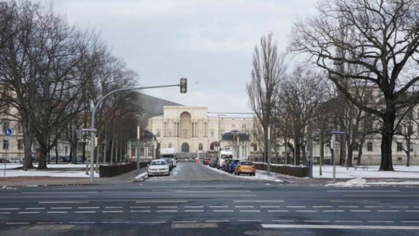 Am Ende der Hans-Oster-Straße fällt der Blick aufs Militärhistorische Museum. Wären Osters Bemühungen von erfolg gekrönt gewesen, fiele der Ausstellungsinhalt weniger umfangreich aus.