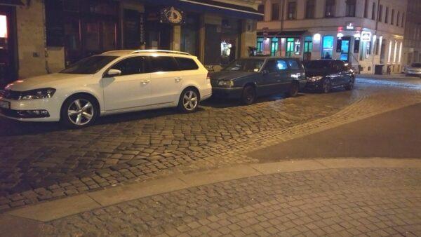 Nachts ist die Ecke regelmäßig zugeparkt.