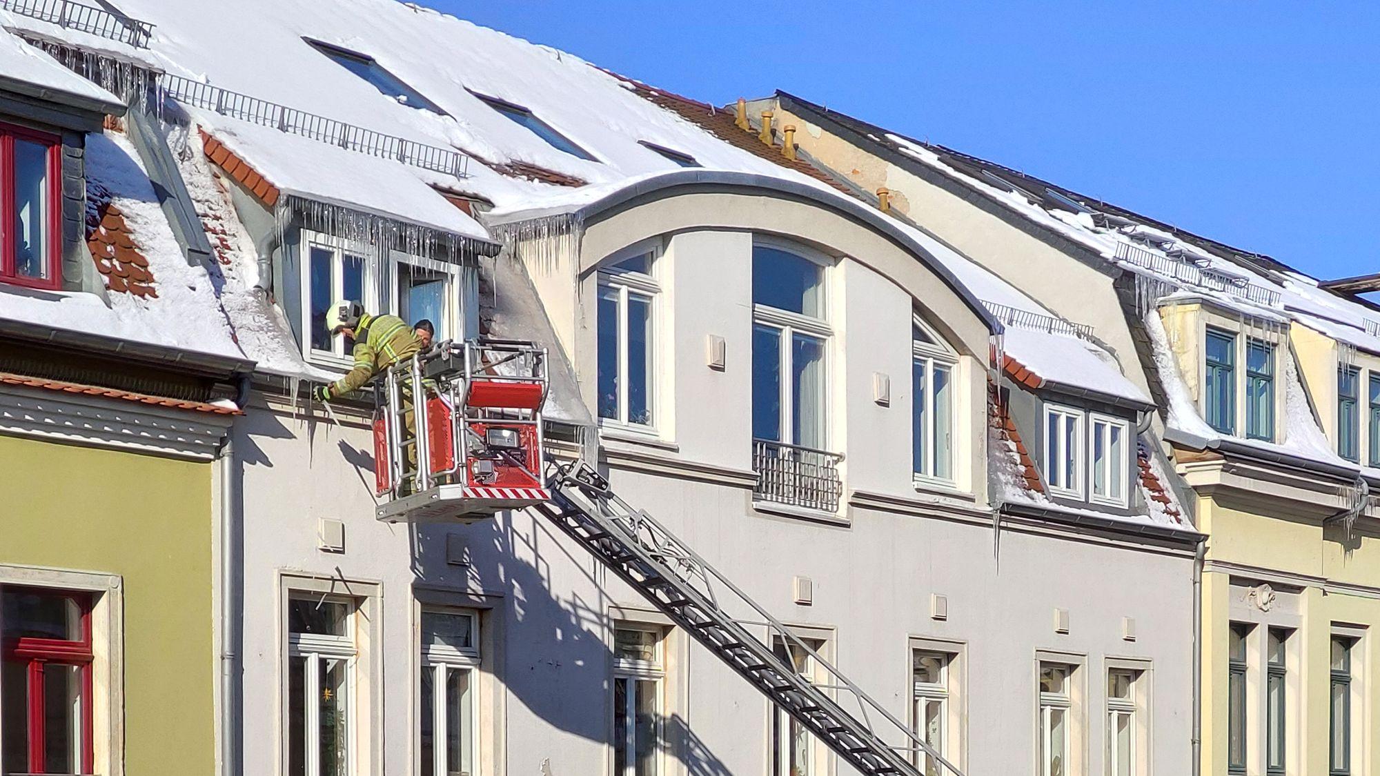 Eiszapfeneinsatz der Feuerwehr in der Hechtstraße - Foto: Carsten