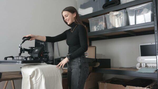 Der Druck erfolgt von Hand im Arbeitszimmer von Alida und Leon.