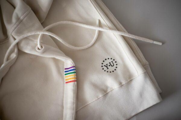 Details wie die bunten Streifen und das Logo sind allen Hoodies gleich und kommen schon in Portugal drauf. Foto: Youth ★ United Apparel