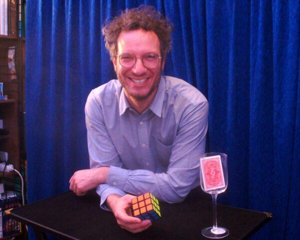 Der Zauberrer Matthieu Anatrella zaubert sich auf die heimischen Bildschirme. Foto: Philine