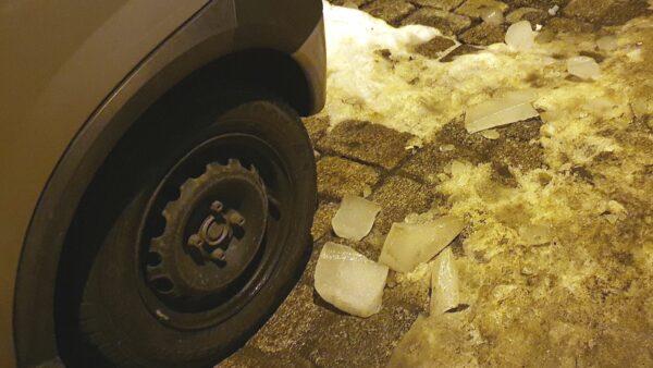 Vom Dach gefallene Eisbrocken.